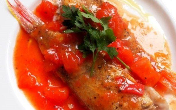 Жареная рыба с сальсой из помидоров