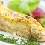 Фриттата с копченым лососем и зеленым горошком