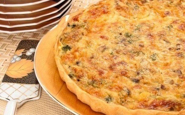 Лоранский пирог с курицей, брокколи и грибами
