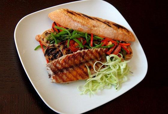 Сэндвич с макрелевым тунцом и овощами на гриле