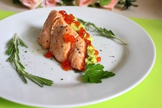 Жареная сёмга с авокадо и красной икрой