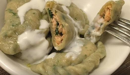 Зеленые пельмени с лососем и шпинатом