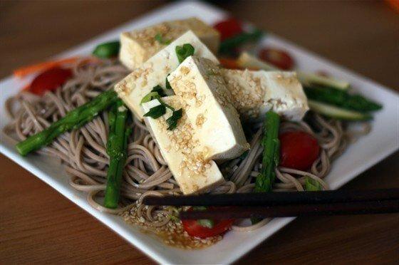Гречневая лапша с томатами и тофу