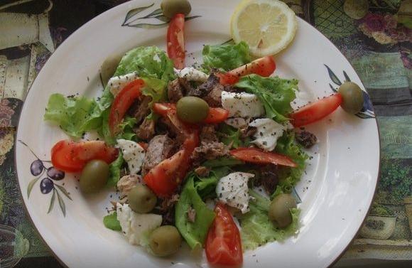 Итальянский салат с тунцом и моцареллой рецепт