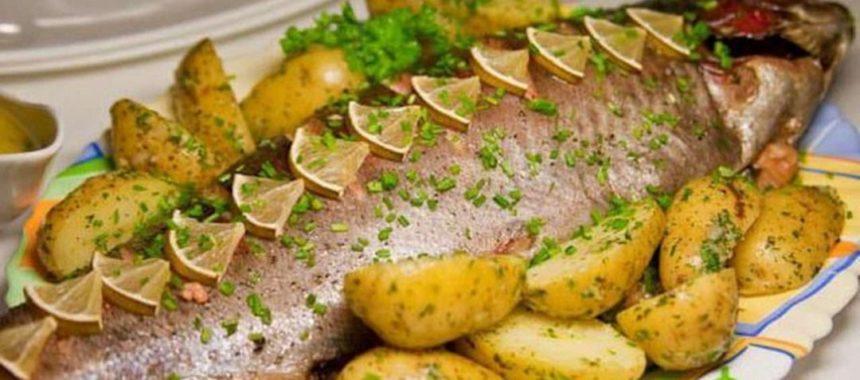 Запеченная форель с помидорами и картофелем рецепт