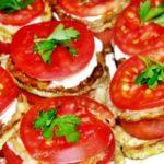 Кабачки жареные с помидорами и чесночным соусом