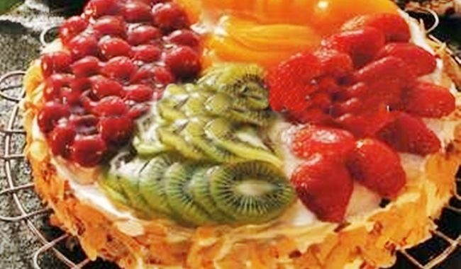 Пирог с киви, персиками, сливами и сладкой черешни рецепт