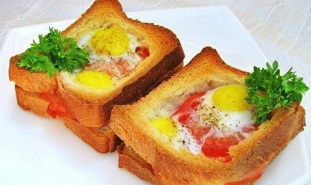 Горячие бутерброды с помидорами, окороком и яйцами рецепт