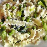 Макароны с йогуртовым соусом и зеленым горошком рецепт