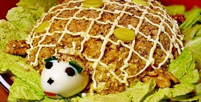 Салат Черепаха с курицей, грецкими орехами и яблоком рецепт