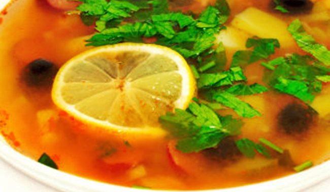 Мясная солянка с огурцами, лимоном и каперсами рецепт