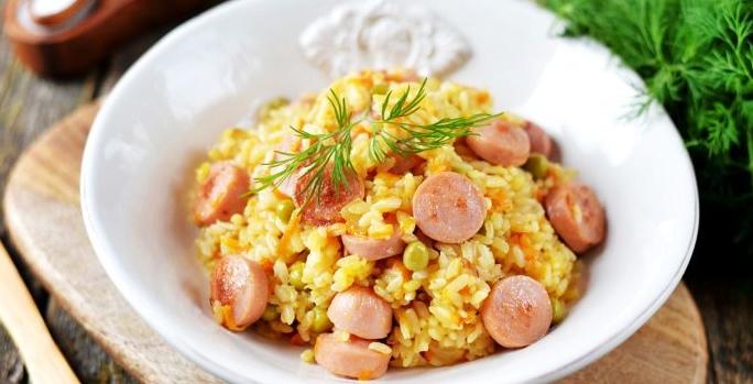 Рис с сосисками и овощами по-афински на сковороде рецепт