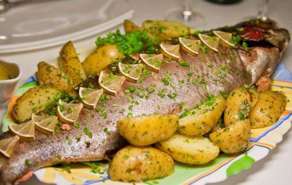 Запеченный картофель с тунцом, лимоном и со сметаной в духовке рецепт