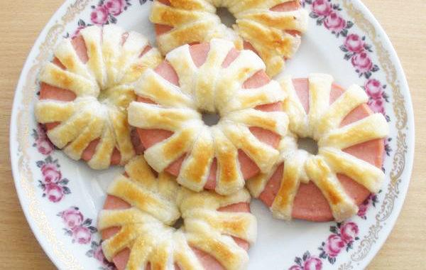Хризантемы из вареной колбасы и слоеного теста рецепт