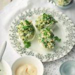 Яйца фаршированные с майонезом и чесноком рецепт