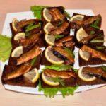 Бутерброды со шпротами и чесноком на черном хлебе рецепт