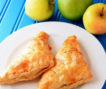 Пирожки из слоеного теста с яблоками в духовке рецепт приготовления