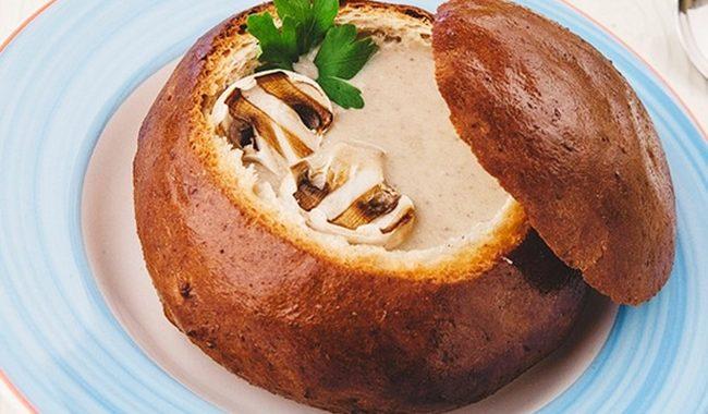 Грибной крем суп из шампиньонов со сливками в хлебе рецепт