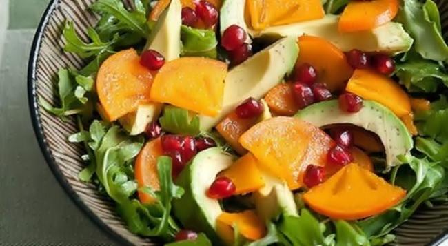 Салат из хурмы, авокадо и зёрен граната рецепт