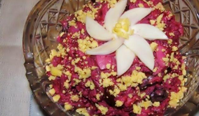 Салат из свеклы с копченой курицей рецепт