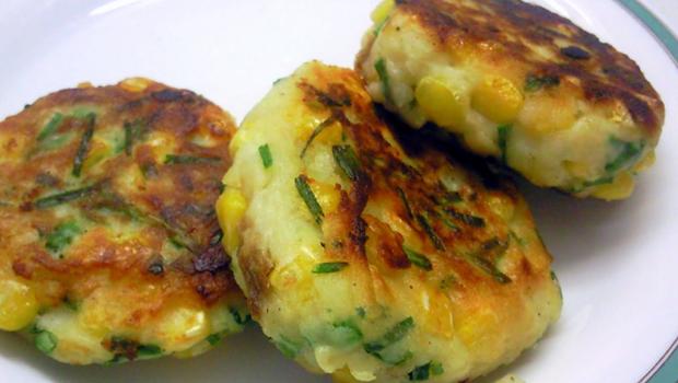 Постные картофельные котлеты с креветками и кукурузой