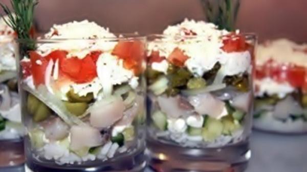 Салат «Шторм» с сельдью и помидорами рецепт