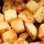 Сухарики для салата цезарь на сковороде