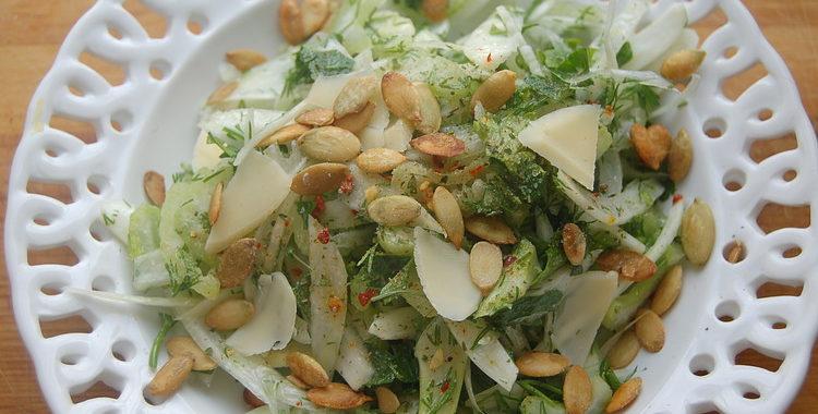 Салат с куриной грудкой, сельдереем и фенхелем рецепт