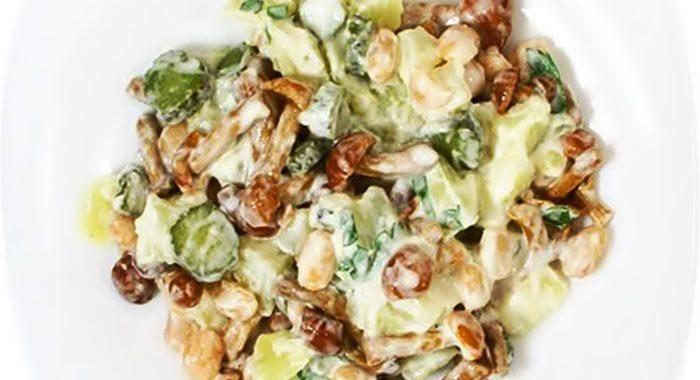 Деревенский салат с картофелем и маринованными огурцами